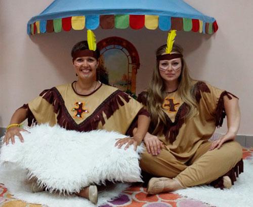 Аниматоры в костюмах индейцев