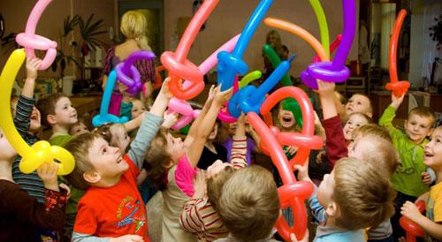 Дети и шарики сосиски